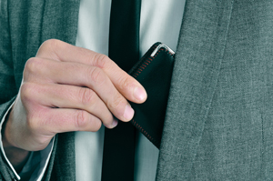 f191e6581fb9 胸ポケットに小銭入れや、キーケース、パンツのポケットに名刺入れなんてかなり格好悪いことですよ。