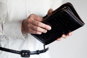 09ea2c6b54fb 革小物を選ぶ時、何を基準に選んでいますか? 財布や名刺入れなど、人目につく機会も多い革小物は、周囲の人に意外と見られているものです。