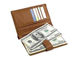 f28aac4c6ebc 革財布には大きく分けて二種類あります。 長財布と二つ折り財布です。 長財布はお札を折らずにしまう事ができ、カード類もたくさん入ります。